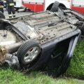 """Wypadek w Jaworniku na """"Zakopiance"""". Samochód dachował w rowie"""