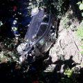 Wiśniowa: Samochód wypadł z drogi, złamał drzewo i wpadł do wody